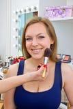 Mujer joven en el tratamiento del maquillaje Imagen de archivo libre de regalías