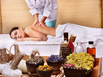 Mujer joven en el vector del masaje en balneario de la belleza. foto de archivo libre de regalías
