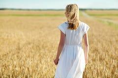 Mujer joven en el vestido blanco en campo de cereal Imágenes de archivo libres de regalías