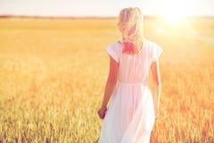 Mujer joven en el vestido blanco en campo de cereal Fotos de archivo libres de regalías