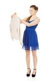 Mujer joven en el vestido que sostiene una chaqueta Fotos de archivo