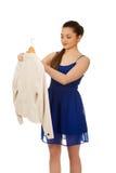 Mujer joven en el vestido que sostiene una chaqueta Imágenes de archivo libres de regalías