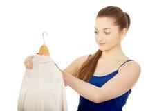 Mujer joven en el vestido que sostiene una chaqueta Imagen de archivo libre de regalías