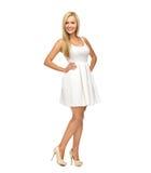 Mujer joven en el vestido y los tacones altos blancos Fotografía de archivo