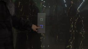 Mujer joven en elevador almacen de metraje de vídeo