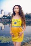 Mujer joven en equipo amarillo Foto de archivo