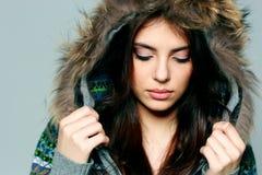 Mujer joven en equipo caliente del invierno con los ojos cerrados Foto de archivo libre de regalías