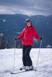 Mujer joven en estación de esquí Foto de archivo