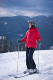 Mujer joven en estación de esquí Imagenes de archivo