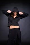 Mujer joven en estilo del salto de la cadera Foto de archivo