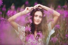 Mujer joven en flores Imagen de archivo