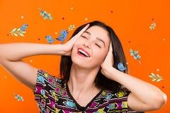 Mujer joven en fondo anaranjado con los pájaros azules Imagenes de archivo