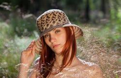Mujer joven en fondo natural imagen de archivo libre de regalías