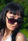 Mujer joven en gafas de sol Fotos de archivo libres de regalías