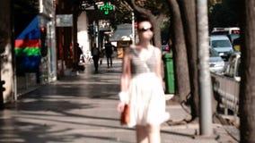 Mujer joven en gafas de sol almacen de metraje de vídeo
