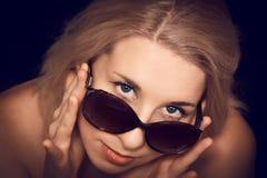 Mujer joven en gafas de sol Imagenes de archivo