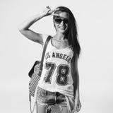 Mujer joven en gafas de sol que saluda mostrando la muestra de v que mira la cámara Retrato de la muchacha de moda que tiene esti Fotografía de archivo libre de regalías
