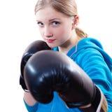 Mujer joven en guantes de boxeo Imagen de archivo