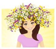 Mujer joven en guirnalda de la flor salvaje Imagen de archivo