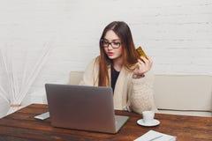 Mujer joven en hacer compras en línea de los vidrios en casa Imágenes de archivo libres de regalías