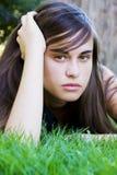 Mujer joven en hierba Foto de archivo libre de regalías