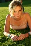 Mujer joven en hierba imagenes de archivo