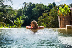 Mujer joven en hotel de lujo en piscina fotos de archivo libres de regalías