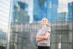 Mujer joven en interior de cristal moderno de la oficina Imágenes de archivo libres de regalías