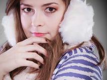 Mujer joven en invierno Foto de archivo libre de regalías