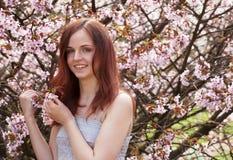 mujer joven en jardín de flores de la primavera Imagen de archivo