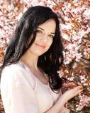 mujer joven en jardín de flores de la primavera Imagen de archivo libre de regalías