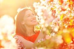 Mujer joven en jardín de la primavera Fotografía de archivo