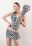Mujer joven en juego checkered sobre blanco Fotografía de archivo libre de regalías