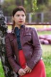 Mujer joven en la arboleda del abedul en la primavera 3 Fotos de archivo