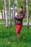 Mujer joven en la arboleda del abedul en primavera Fotografía de archivo