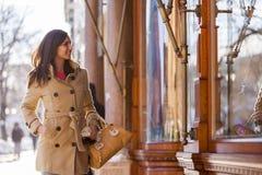 Mujer joven en la calle Imágenes de archivo libres de regalías