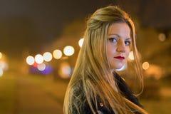 Mujer joven en la calle de la ciudad de la noche Fotografía de archivo