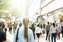 Mujer joven en la calle de Londres imagenes de archivo