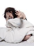 Mujer joven en la cama que despierta insomnio cansado Fotografía de archivo