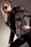 Mujer joven en la chaqueta de cuero Imagen de archivo