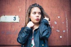 Mujer joven en la chaqueta de cuero Fotos de archivo libres de regalías