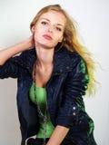 Mujer joven en la chaqueta de cuero con el pelo largo Fotos de archivo libres de regalías