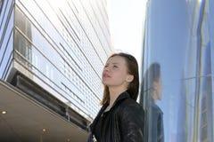 Mujer joven en la ciudad Imágenes de archivo libres de regalías
