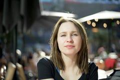 Mujer joven en la ciudad Fotografía de archivo
