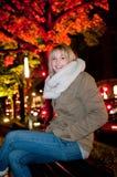 Mujer joven en la ciudad Foto de archivo libre de regalías