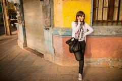 Mujer joven en la ciudad Fotos de archivo libres de regalías