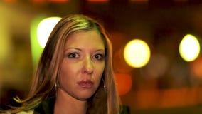 Mujer joven en la ciudad metrajes