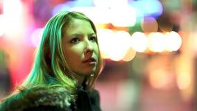 Mujer joven en la ciudad almacen de metraje de vídeo