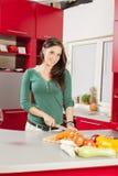 Mujer joven en la cocina Imágenes de archivo libres de regalías
