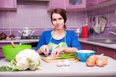 Mujer joven en la cocina Imagenes de archivo